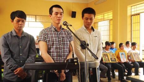 Ba bị cáo tại phiên tòa sơ thẩm ngày 23-3. Từ trái qua: Lê Ngọc Tâm, Lê Minh Phát, Lê Tấn Khỏe. Ảnh: TẤN LỘC