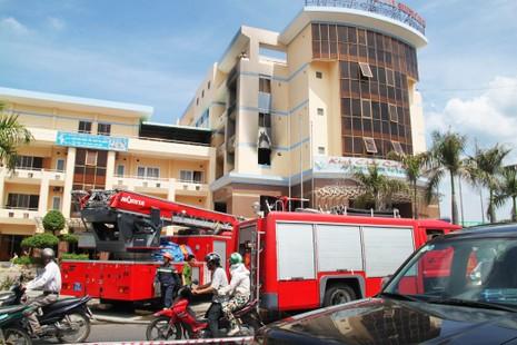 Cháy khách sạn, nhiều người hoảng loạn - ảnh 1