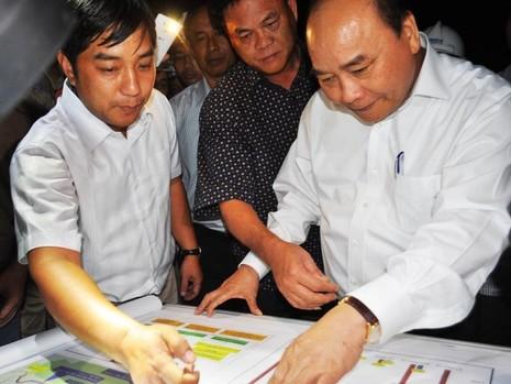 Thủ tướng Nguyễn Xuân Phúc tìm hiểu tiến độ thi công dự án hầm Đèo Cả. Ảnh: TẤN LỘC
