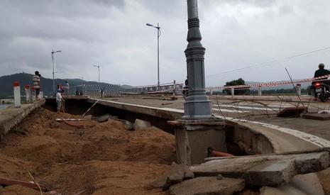 Lũ đánh sập một đoạn đường dẫn cầu La Hai thuộc huyện Đồng Xuân, Phú Yên. Ảnh: TẤN LỘC
