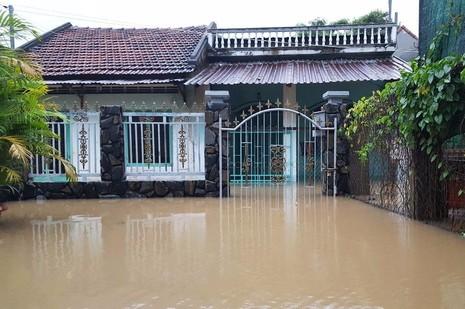 Nhiều khu dân cư ở TP Tuy Hòa vẫn còn bị ngập. Ảnh: TẤN LỘC