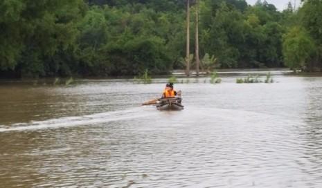 Đến chiều 4-11, nhiều vùng ở huyện Đồng Xuân còn phải đi lại bằng thuyền. Ảnh: TẤN LỘC