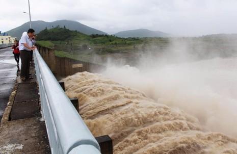 Nhà máy Thủy điện Sông Ba Hạ xả lũ lưu lượng lớn. Ảnh: TẤN LỘC
