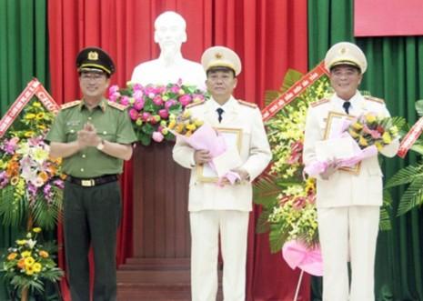 Thượng tướng Nguyễn Văn Thành, Thứ trưởng Bộ Công an (bìa trái) tặng hoa, chúc mừng Thiếu tướng Trần Ngọc Khánh (bìa phải) và Đại tá Nguyễn Khắc Cường. Ảnh: THÀNH LONG