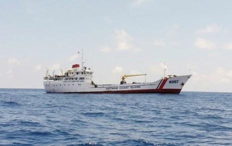 Tàu cảnh sát biển cứu 11 ngư dân bị nạn - ảnh 1