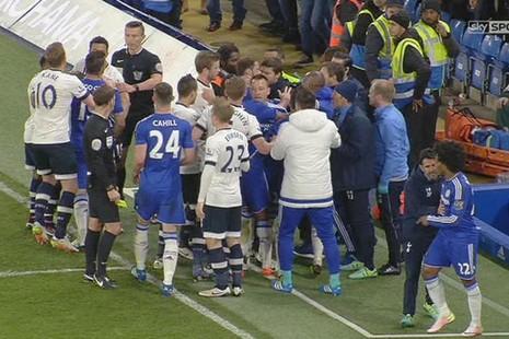 Sốc khi Tottenham và Chelsea bị phạt hơn nửa triệu bảng Anh - ảnh 1
