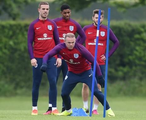 Mourinho và Rooney đã trao đổi gì trước Euro 2016? - ảnh 1
