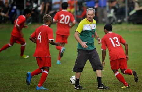 Xung quanh chuyện FIFA dỡ án phạt, HLV Riedl trở lại tuyển Indonesia - ảnh 2