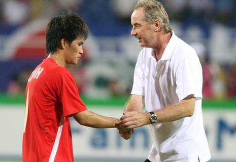 Xung quanh chuyện FIFA dỡ án phạt, HLV Riedl trở lại tuyển Indonesia - ảnh 1