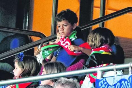Ronaldo Jr ngồi ghế giá 1.800 bảng Anh