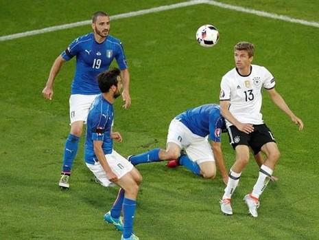 Những chiếc băng tang màu đen trên tay các tuyển  thủ Ý