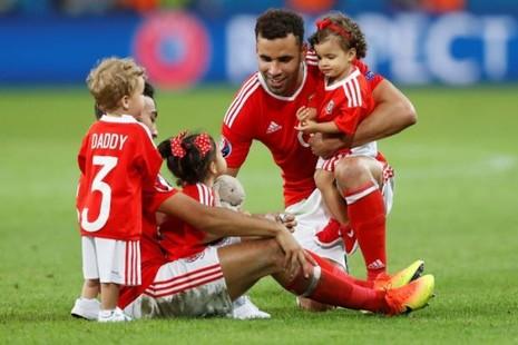 UEFA khuyến cáo cầu thủ không mang con nhỏ vào sân - ảnh 1