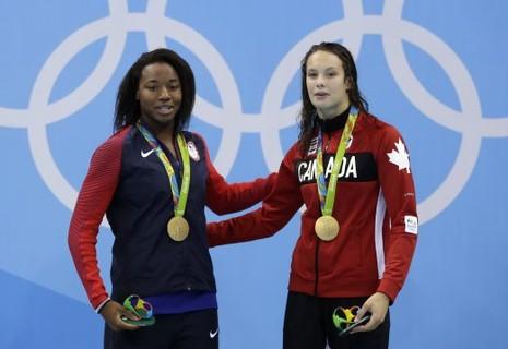 Hai vận động viên chia nhau chiếc huy chương vàng - ảnh 1