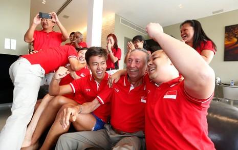 Singapore đón người hùng Schooling bằng xe buýt mui trần - ảnh 2