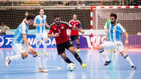 """Ai Cập (đỏ) loại Ý ở vòng trước nhưng đã """"đứng hình"""" trước Argentina"""