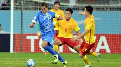 Tuyển Trung Quốc (áo vàng) trong trận thua Uzbekistan đêm 11-10