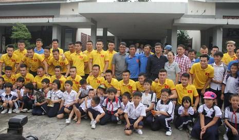 Thầy trò HLV Hữu Thắng chia sẻ cùng trẻ em làng SOS - ảnh 1