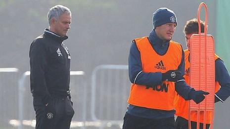 Mourinho cầu cứu 'kẻ thất sủng' Schweinsteiger ? - ảnh 1
