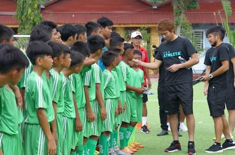 Cầu thủ Avispa Fukuoka giao lưu với U-13, U-15 Cần Thơ - ảnh 1