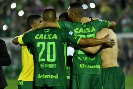Máy bay chở đội bóng Brazil rơi, 76 người chết - ảnh 1