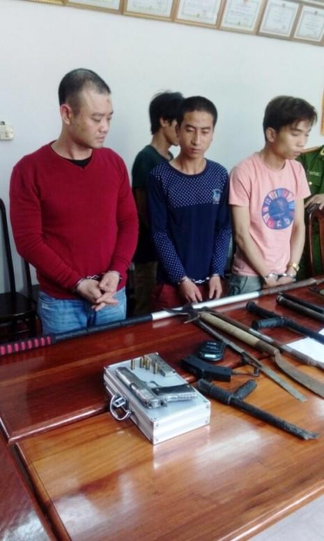 Đột kích 'đại bản doanh' trùm ma túy sử dụng súng, mã tấu - ảnh 1