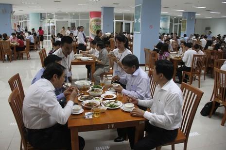 Chủ tịch TP Đà Nẵng cùng hàng trăm cán bộ ăn trưa với hải sản - ảnh 1