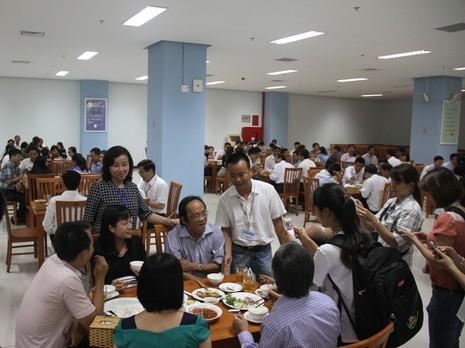 Chủ tịch TP Đà Nẵng cùng hàng trăm cán bộ ăn trưa với hải sản - ảnh 2