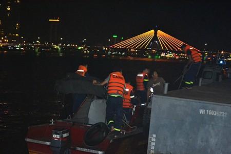 Tàu du lịch chìm trên sông Hàn: Sáng nay, ngư dân sẽ tìm 3 người mất tích - ảnh 25