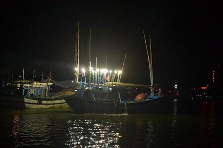 Tàu du lịch chìm trên sông Hàn: Sáng nay, ngư dân sẽ tìm 3 người mất tích - ảnh 17