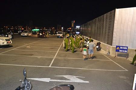 Tàu du lịch chìm trên sông Hàn: Sáng nay, ngư dân sẽ tìm 3 người mất tích - ảnh 26