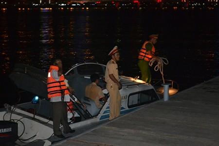 Tàu du lịch chìm trên sông Hàn: Sáng nay, ngư dân sẽ tìm 3 người mất tích - ảnh 20