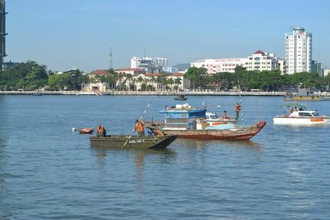 Đặc công nước lặn tìm các nạn nhân vụ chìm tàu trên sông Hàn - ảnh 6