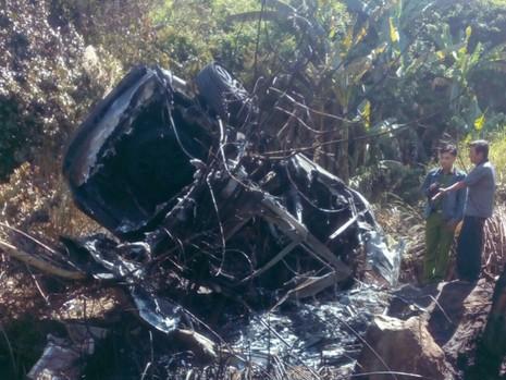 Xe ô tô đâm vào núi phát nổ, 5 người bị thương - ảnh 1