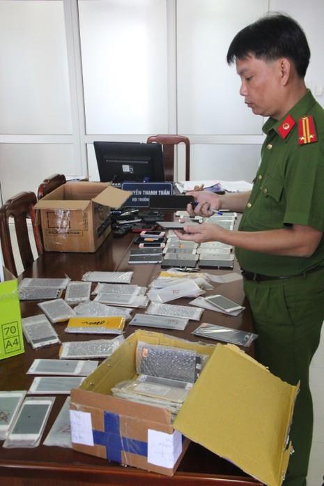 Công an Đà Nẵng bắt hàng chục chiếc iPhone 7 nhập lậu - ảnh 1