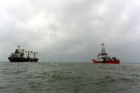 Cấp cứu một thủy thủ Trung Quốc bị nạn trên biển - ảnh 1