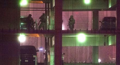 Súng nổ trước cơ quan chính phủ Mỹ, một người chết - ảnh 1