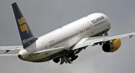 Máy bay hành khách bị sét đánh thủng giữa trời - ảnh 1