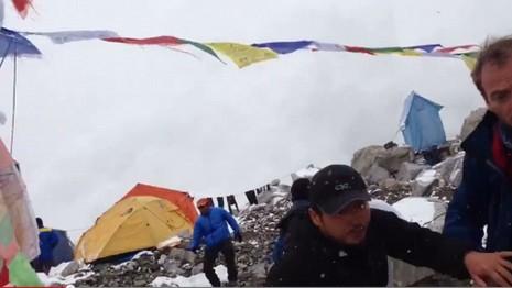 Hàng trăm người mắc kẹt trên đỉnh Everest chờ cứu hộ - ảnh 2