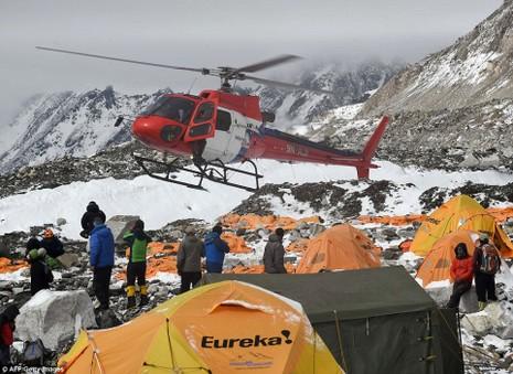 Hàng trăm người mắc kẹt trên đỉnh Everest chờ cứu hộ - ảnh 1