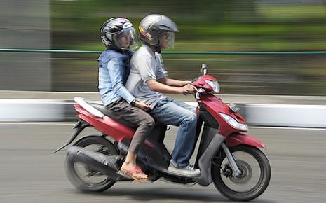 Indonesia cấm nam nữ chưa kết hôn chở nhau trên xe máy - ảnh 1