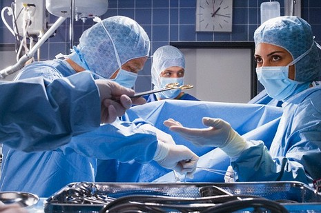Mổ đẻ, bác sĩ để quên điện thoại trong bụng bệnh nhân - ảnh 1