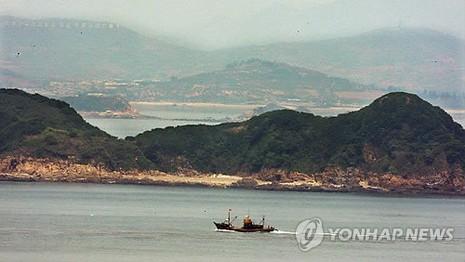 Triều Tiên bất ngờ xây doanh trại sát biên giới trên biển - ảnh 1