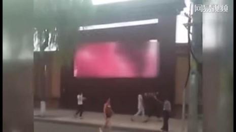 Sốc: Chiếu phim khiêu dâm ngay màn hình quảng cáo ngoài trời - ảnh 1