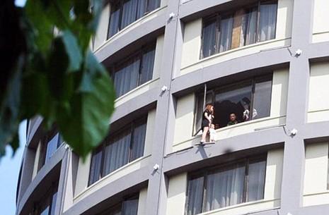 'Đung đưa' con ngoài cửa sổ tầng 13 để đòi ly hôn - ảnh 3