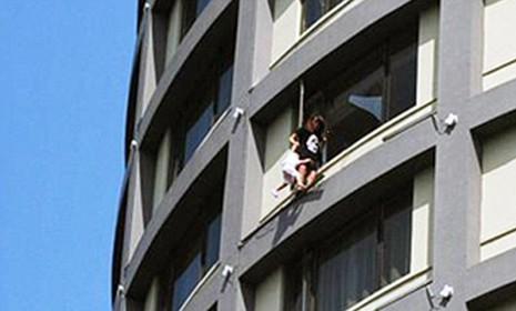 'Đung đưa' con ngoài cửa sổ tầng 13 để đòi ly hôn - ảnh 1