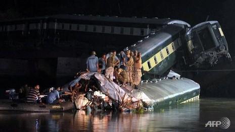 Xe lửa chuyển quân rơi khỏi cầu, 14 người chết - ảnh 1