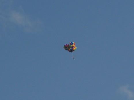 Ngồi lơ lửng giữa trời bằng 100 quả bong bóng - ảnh 2