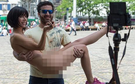 Bị bắt vì khỏa thân chụp 'tự sướng' với khách du lịch trước Eiffel - ảnh 1