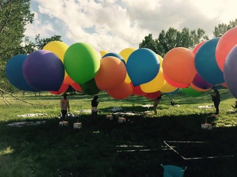 Ngồi lơ lửng giữa trời bằng 100 quả bong bóng - ảnh 1