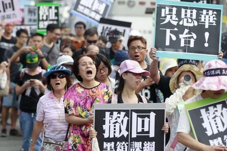 Dân Đài Loan xé sách giáo khoa, đòi bộ trưởng từ chức - ảnh 2